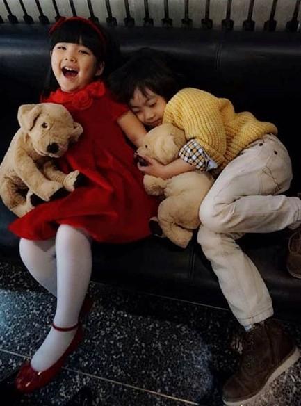 """看到这种情形林志颖感叹称,""""两个小可爱一见面就来一个大拥抱,大可爱"""
