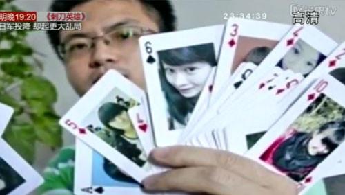 毕业也不分别 全班同学欢聚扑克牌
