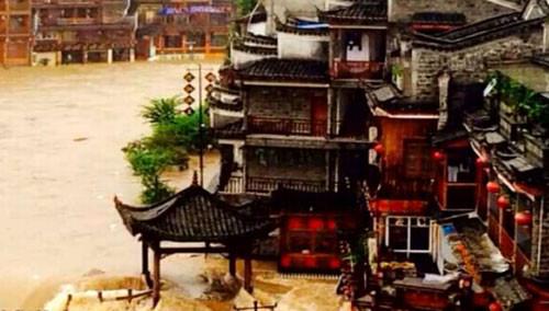 凤凰古城进水 暴雨袭击凤凰