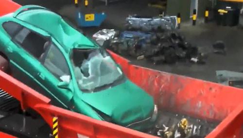 30秒毁掉一辆小汽车 好厉害的汽车搅拌机