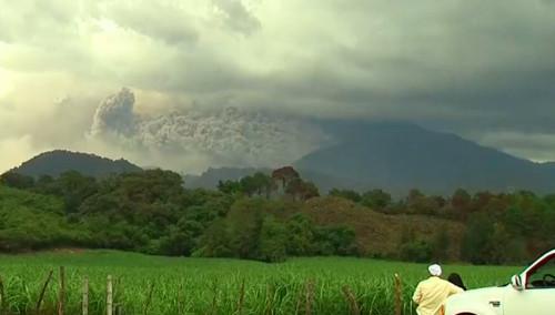 科利马火山出现异常喷发 机场紧急关闭