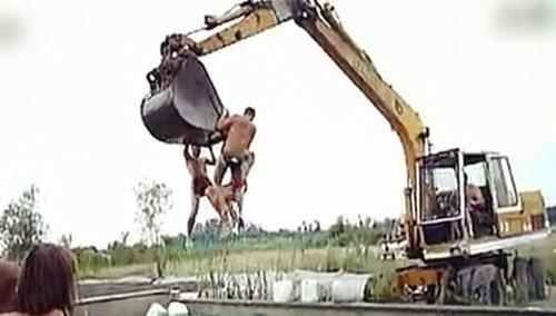 战斗民族用挖掘机玩水!