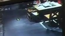 打火机扔进火锅 汤内爆炸溅伤顾客