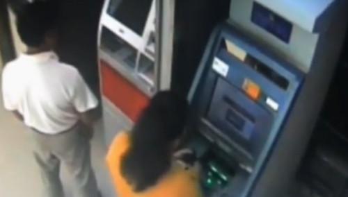 最近怪事特别多!万元现金存进ATM机 怎料进了大妈口袋