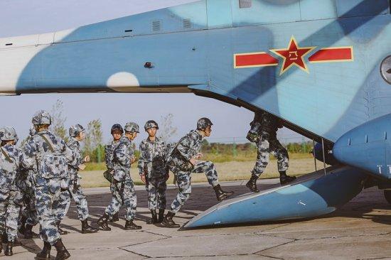 """男兵们""""全军覆没"""",集体被罚 随着《真正男子汉》第二季•空军篇的播出,8位新兵来到""""黄继光""""英雄连,进行空降兵的训练与学习。在高空跳伞之前,新兵们集体进入战备状态,在飞机前学习跳伞八步骤。由于没记住跳伞编组顺序,孙杨黄子韬两位""""难兄难弟""""频频被罚蹲起,有着""""俯卧韬""""之称的黄子韬却主动要求做俯卧撑。为缓解即将跳伞的紧张情绪,孙杨别样新招惹韬韬发笑、韬韬拍了拍佟丽娅的肩膀、沈梦辰提议唱歌,而李锐则想通过"""